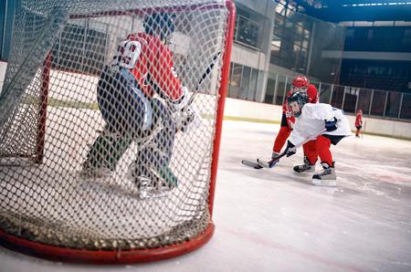 ホッケー目標選手撮影パックや攻撃のゴールキーパー 写真素材