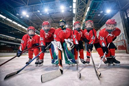 Jeugdhockeys team - kinderen spelen ijshockey Stockfoto