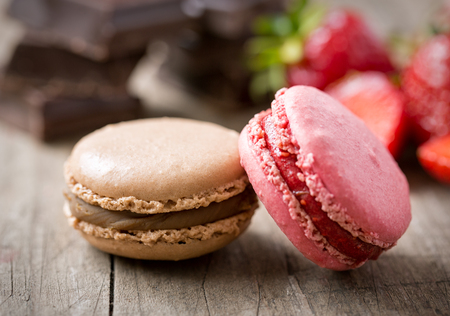 sweet french macaron with strawberry and chocolate Imagens