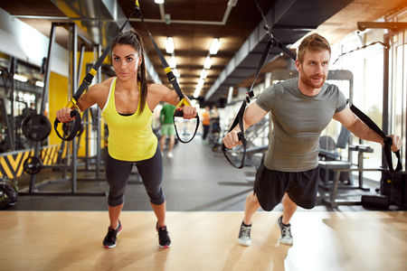 Jong paar op lichaamstraining in de sportschool Stockfoto