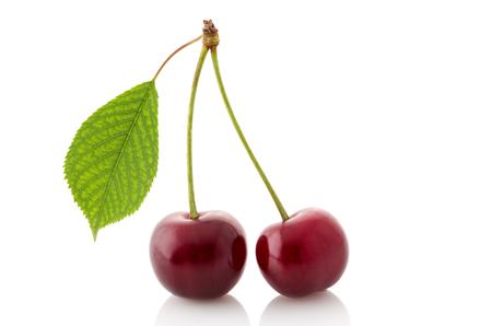 빨간 체리 가까이에 고립 된 흰색