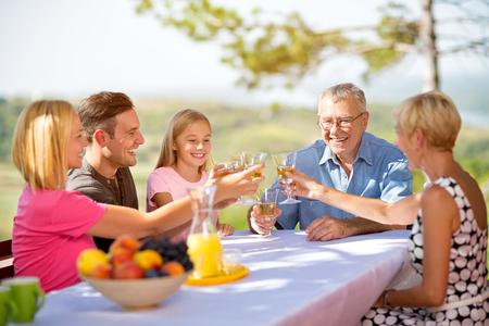 人々 のグループを祝う自然でピクニック