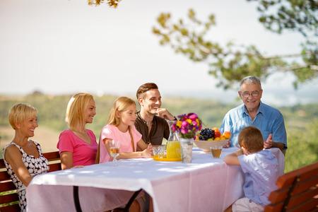家族一緒にピクニックを楽しんで 写真素材