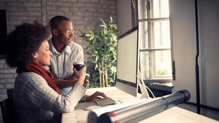 empleados trabajando: Jóvenes empleados en la oficina de arquitecto trabajando en la computadora