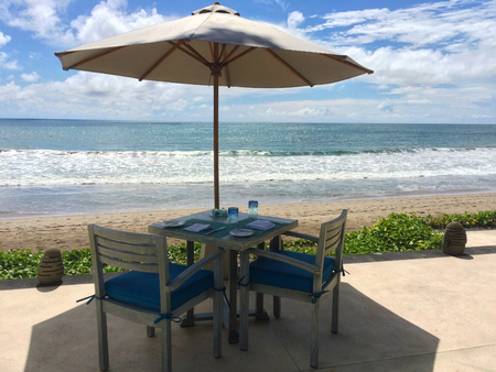 Romantic table with two chairs near sea Banque d'images
