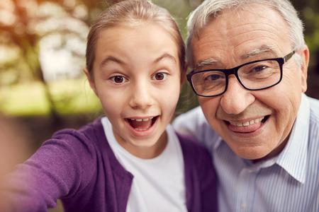 無効に男と面白い selfie を取って彼の孫娘