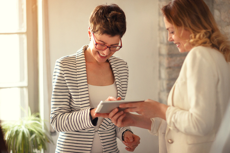 事業契約記号 - タブレットのデジタル署名 写真素材