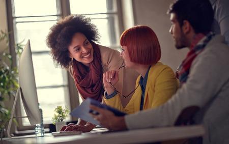 オフィスで働くビジネス女性の笑みを浮かべてください。