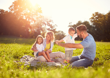 Family with children on picnic in park Banque d'images