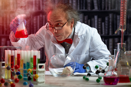 미친 과학자는 마우스 실험을 화학 물질의 혼합 만들기 스톡 콘텐츠