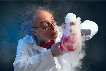 Químico loco por su experimento huele su experimento Foto de archivo - 85046323