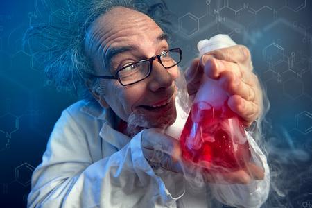 grappige wetenschapper, gekke chemicus die liefdevol naar proefbuis kijkt