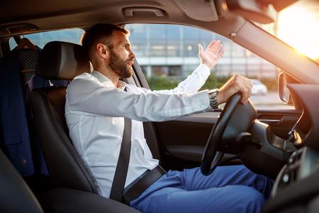 交通渋滞 - 怒っている強調した車を運転しての実業家