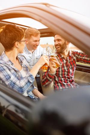 도로 여행에 차에 재미 젊은 친구의 그룹 스톡 콘텐츠