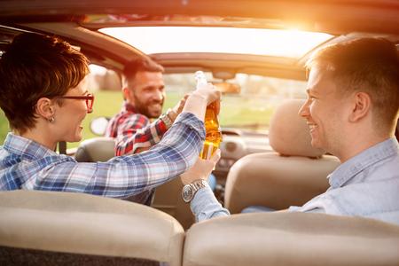 친구, 여행, 여행, 자동차 및 사람들 개념