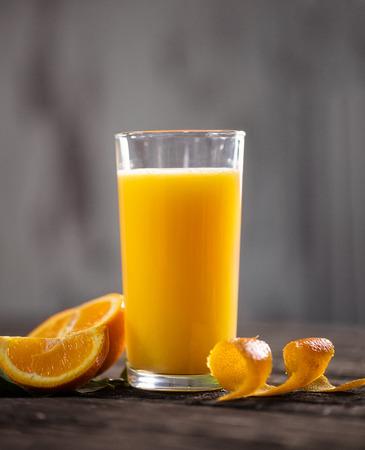Fresh orange drink on wooden table. Fruit orangeade. Summer drink. orange orangeade. Fruit cocktail. Fruit drink Banque d'images