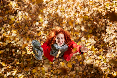 Delighted young woman in wood in autumn Banque d'images