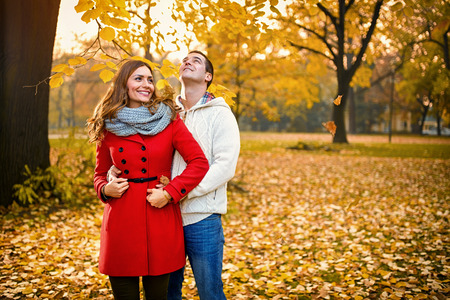 Happy romantic pair embraced in park in autumn Banque d'images