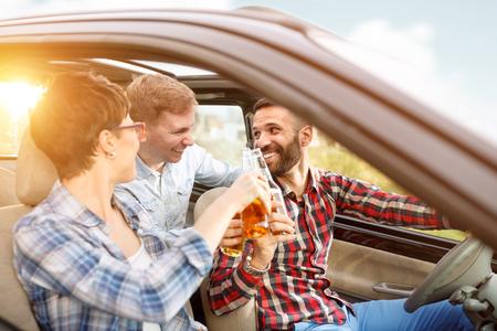 Amis heureux s'amuser ensemble lors d'un voyage routier Banque d'images