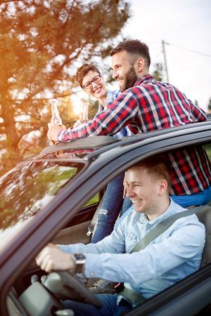 Des jeunes amis se rendent en route ensemble