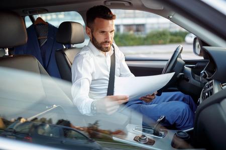 Travail de travail sérieux travail de travail dans la voiture