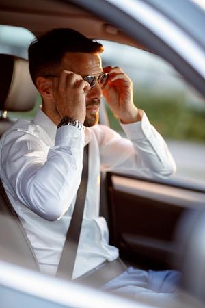 Beau, homme, conduire, voiture, porter, lunettes soleil