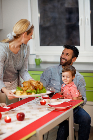 Familie samen aan de tafel begin diner