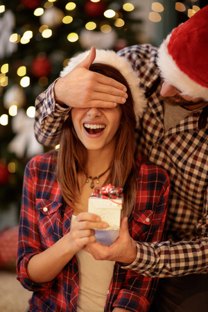 若いガール フレンドが彼氏からクリスマスのサプライズ