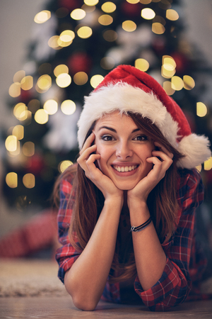 クリスマス ・ イヴにはサンタ クロースのキャップと素敵な女の子
