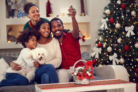 Świąteczne selfie - Afro amerykańska rodzina tworząca razem selfie