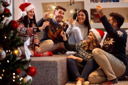 クリスマスの日を祝っての輝きと幸せな友達 写真素材