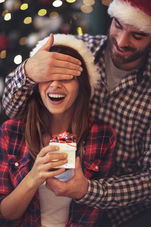 興奮した少女は彼氏からのクリスマスサプライズを持っています 写真素材