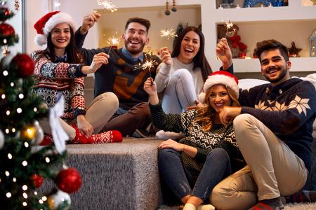 Weihnachtskerzen-glückliche Leute, die Partei an Weihnachten genießen Standard-Bild - 88409602