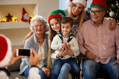Family with grandparents take together for Christmas Banque d'images
