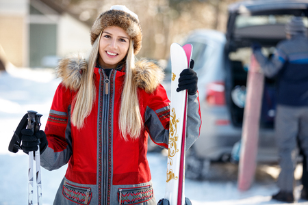 Portrait of young smiling female skier in ski center on mountain Banque d'images