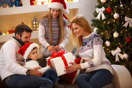Parents giving gifts to their children for Christmas Banque d'images