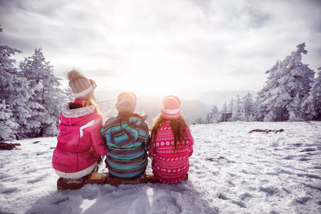 Ski, winter, snow and fun - family enjoying winter together Imagens