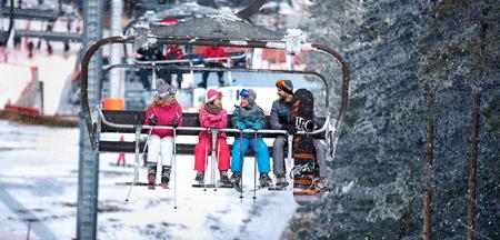 Les gens se soulèvent sur le téléski pour skier dans les montagnes