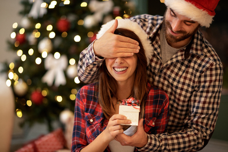 Christmas couple with present Imagens