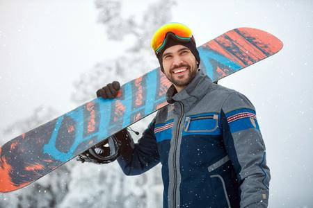 Portrait de jeune snowboarder cool Banque d'images - 89018045
