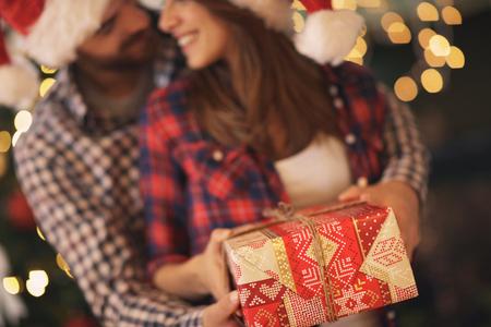 カップルのクリスマス プレゼントとコンセプト 写真素材
