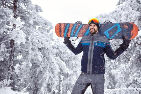 Sourire snowboarder beau mâle sur la montagne Banque d'images - 89018046