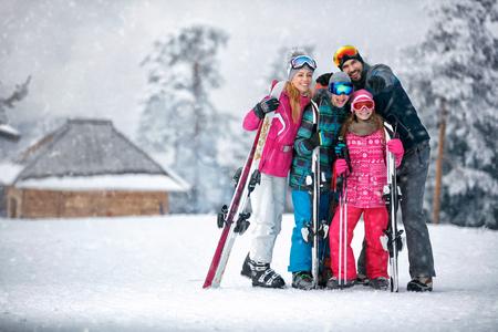 Family, ski, sun and fun on vacation in snow mountains Stockfoto