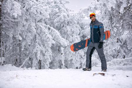 Sourire homme avec un masque de ski tenant son sport extrême et des vacances d & # 39 ; hiver sur la montagne Banque d'images - 90110841