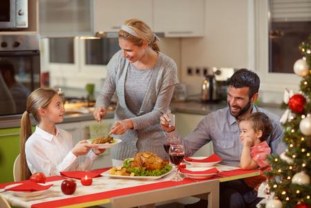 Concetto di celebrazione di Natale insieme della famiglia