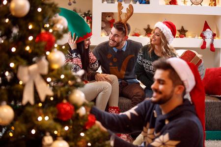 若いお友達と楽しいクリスマスを祝う