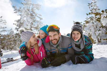 一緒に雪に覆われた自然の中の家族