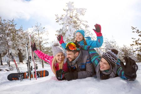 冬の休日のための陽気な家族を雪の上お楽しみください。 写真素材