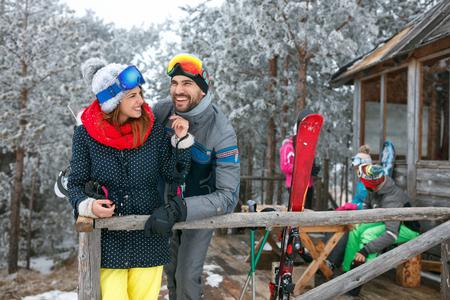 笑顔の友人が山荘で冬の休日を過ごす