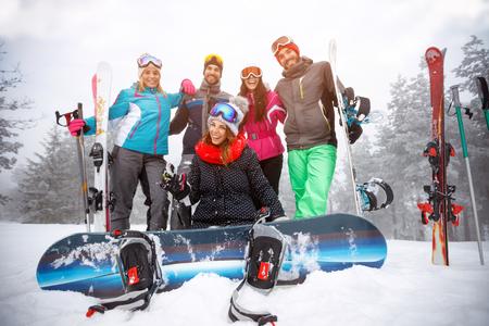 冬に友人のグループの休日 â €雪の上楽しんでスキーヤーを笑顔